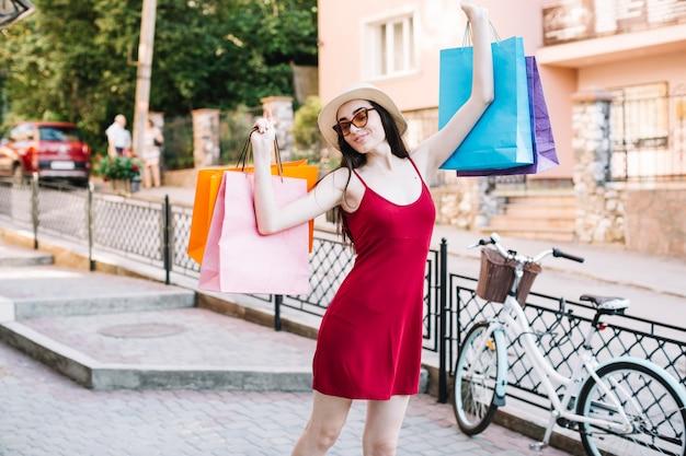 Mujer estirando sus brazos Foto gratis