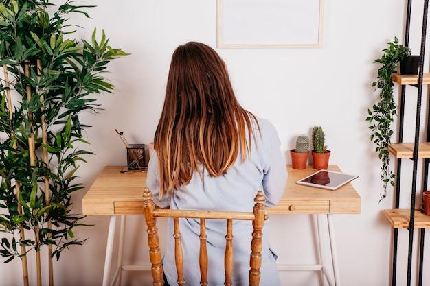 Mujer estudiando solo en la mesa Foto Gratis