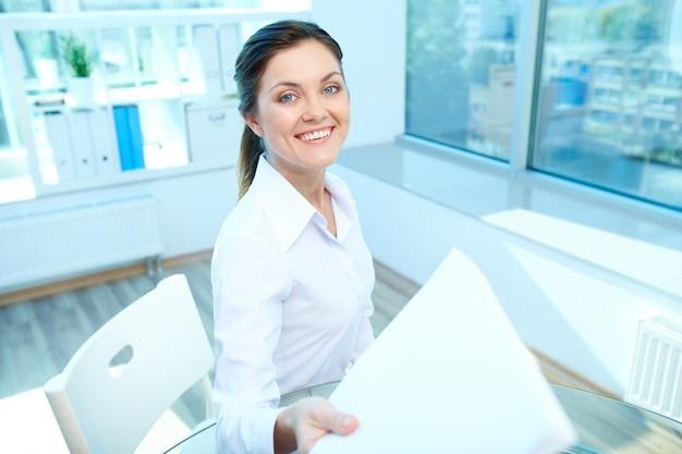 Mujer feliz con un folio Foto Gratis