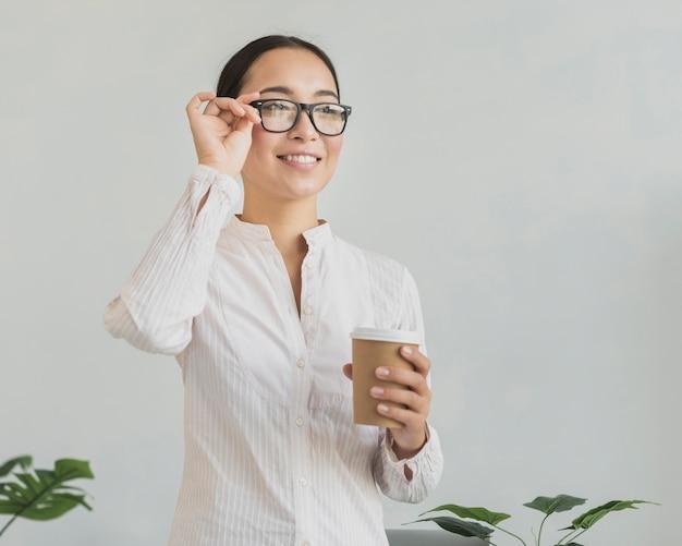 Mujer feliz fijación de anteojos Foto gratis