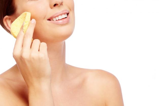 Mujer feliz frotando su mejilla Foto gratis