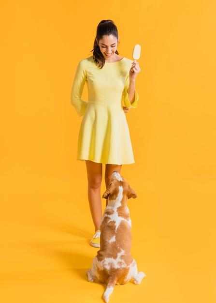 Mujer feliz con helado Foto gratis