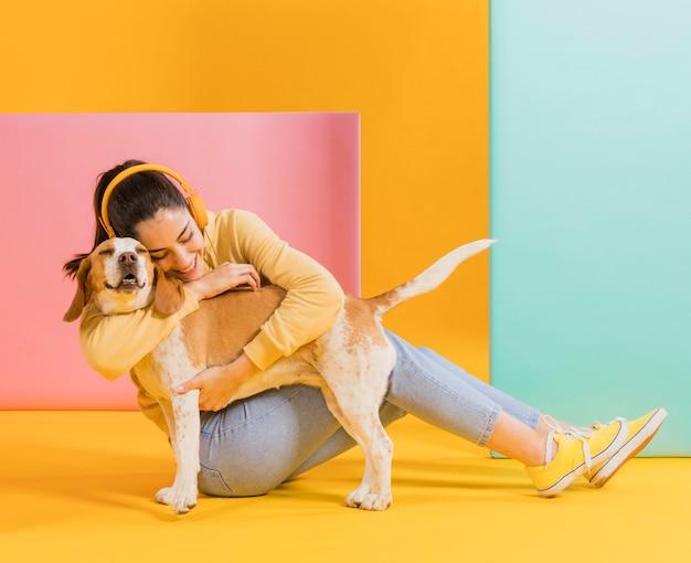Mujer feliz con un lindo perro Foto gratis