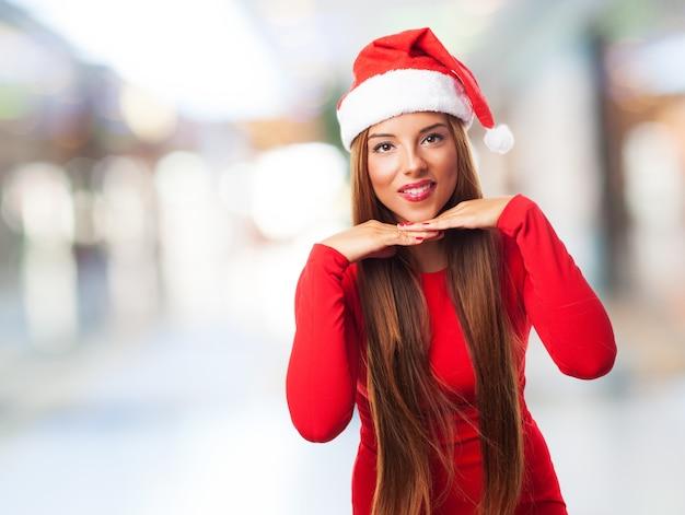 Mujer feliz llevando gorro de santa claus  2e115986349