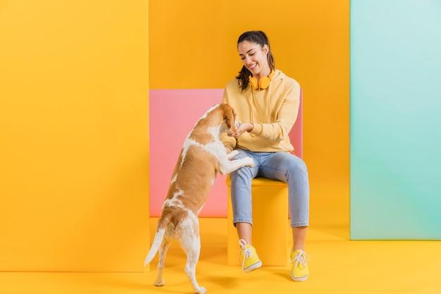 Mujer feliz con un perro Foto gratis