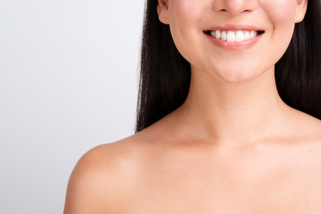 Mujer feliz con una piel sana cerca retrato Foto Premium