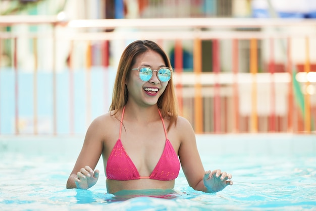 Mujer feliz, en, piscina Foto gratis