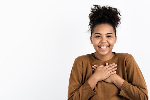 Mujer feliz y sonriente posando Foto gratis