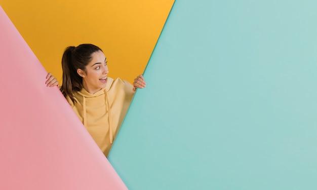 Mujer feliz en un suéter amarillo Foto gratis