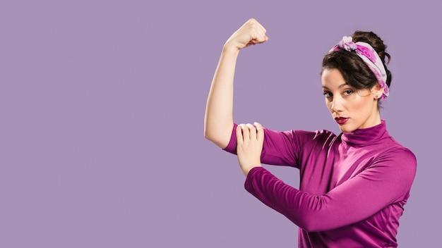 Mujer feminista mostrando su poder y copia espacio de fondo Foto gratis