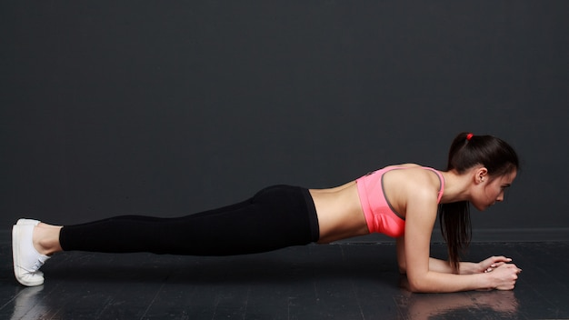 Mujer fitness haciendo ejercicio planck Foto Premium