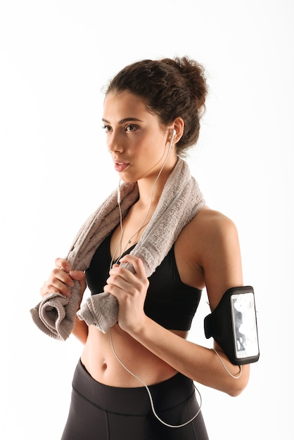 Mujer de fitness morena rizada concentrada Foto gratis