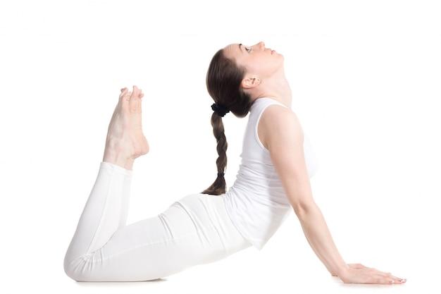 Mujer flexible en ropa deportiva haciendo yoga Foto gratis