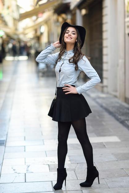 7c174f0515e9c Mujer en fondo urbano con ropa casual