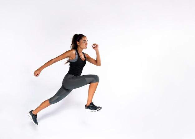 Mujer en forma de tiro completo con fondo blanco Foto gratis