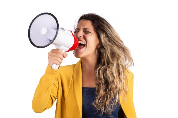 Mujer gritando en un megáfono Foto Premium