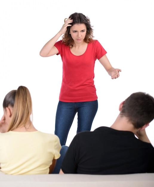 Mujer gritando a su novio y su amante. Foto Premium