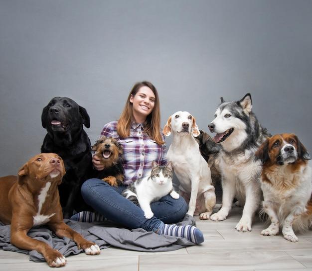 Mujer con grupo de perros de raza mixta Foto gratis