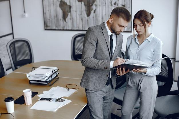 Un director de marketing puede definirse como aquella persona que tiene la responsabilidad de desarrollar cada una de las acciones de marketing