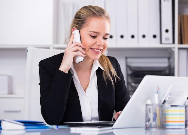 mujer hablando por tel fono en la oficina descargar