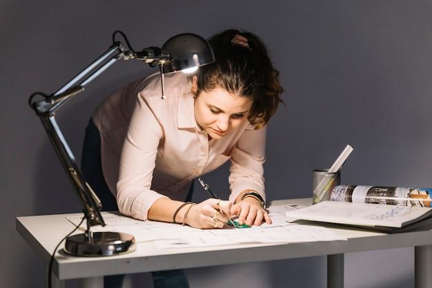 Mujer haciendo borradores Foto Gratis