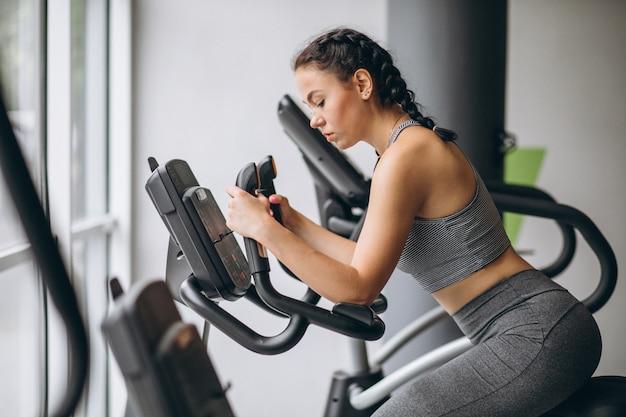 Mujer haciendo ejercicio en el gimnasio sola Foto gratis