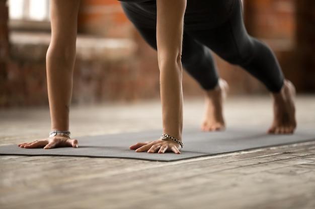 Mujer haciendo ejercicios de flexiones o flexiones, de cerca Foto gratis