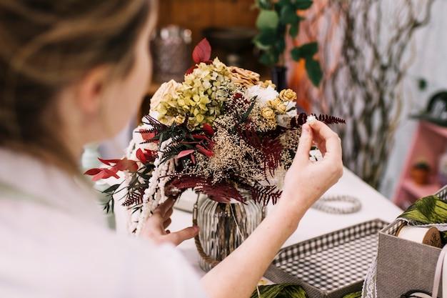 Mujer Haciendo Un Hermoso Arreglo Floral Descargar Fotos