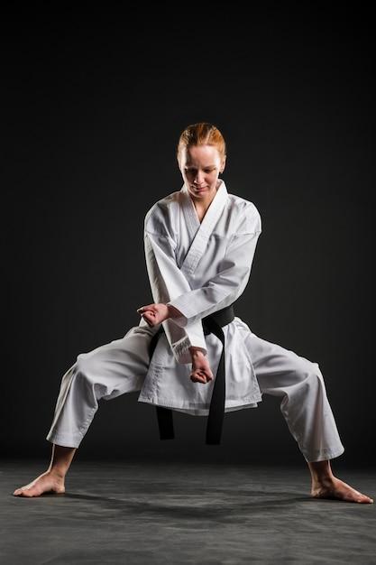 Mujer haciendo pose de karate tiro completo Foto gratis