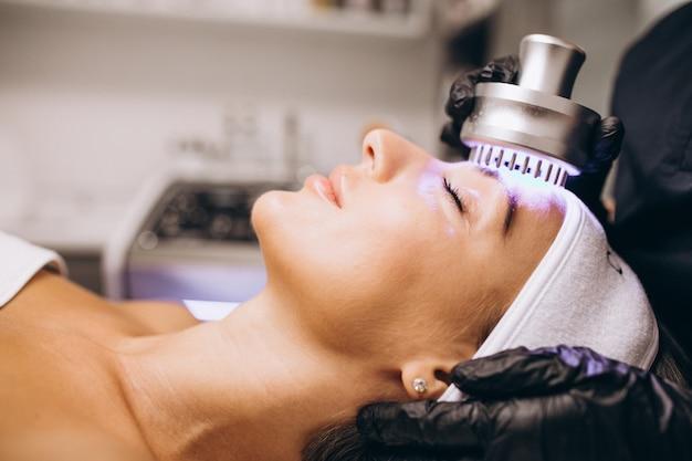 Mujer haciendo procedimientos de belleza en un salón de belleza Foto gratis