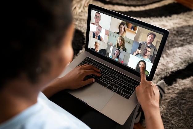 Mujer haciendo una videollamada en un portátil. Foto gratis