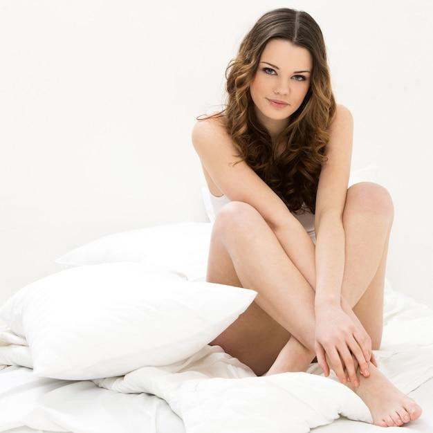 Mujer hermosa en cama Foto gratis