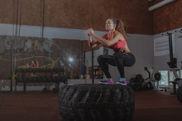 Mujer hermosa fit crossfit ejercicio Foto Premium