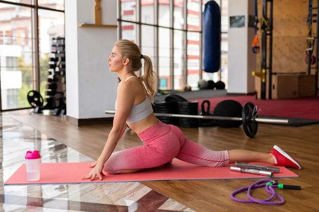 Mujer hermosa en el gimnasio en clase de fitness Foto gratis