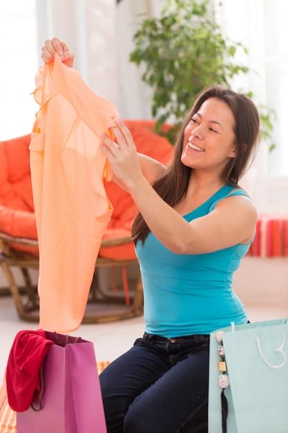 Mujer hermosa joven con bolsas de compras Foto gratis