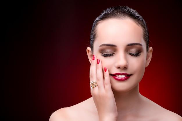 Mujer hermosa joven en concepto de la moda de la belleza Foto Premium