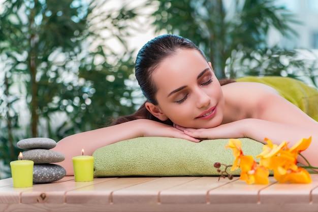Mujer hermosa joven durante el procedimiento de spa Foto Premium