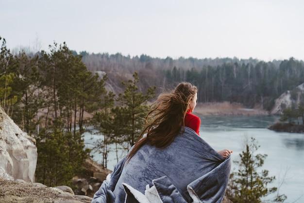 Mujer hermosa joven que presenta en un lago Foto gratis