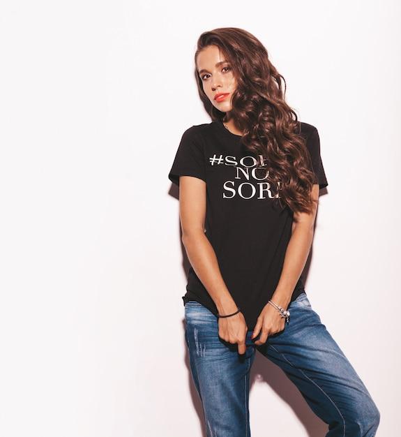 Mujer hermosa joven en ropa de verano negro camiseta y jeans. Foto gratis