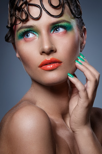 Mujer hermosa con maquillaje artístico Foto gratis