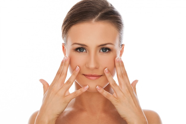 Mujer hermosa con maquillaje natural Foto gratis