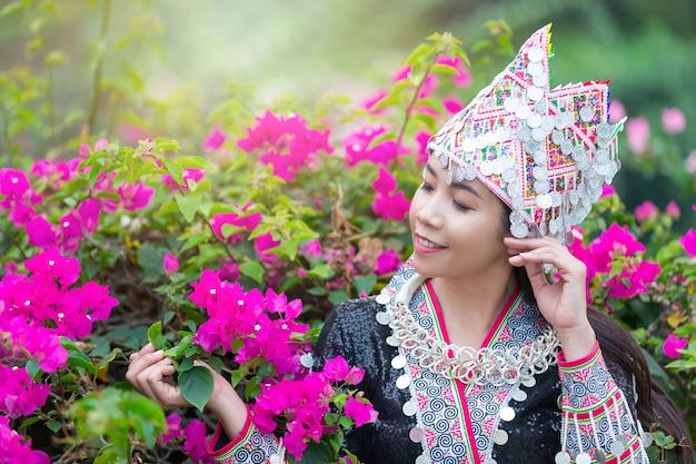 Mujer hermosa tribal en traje tradicional en el parque Foto gratis