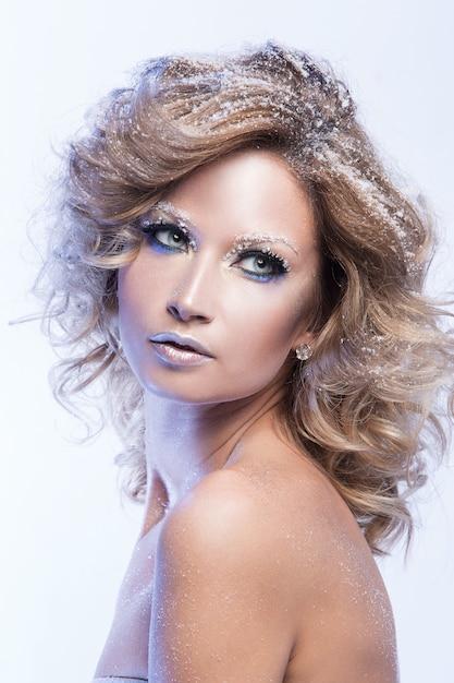 Mujer con hermoso maquillaje Foto gratis