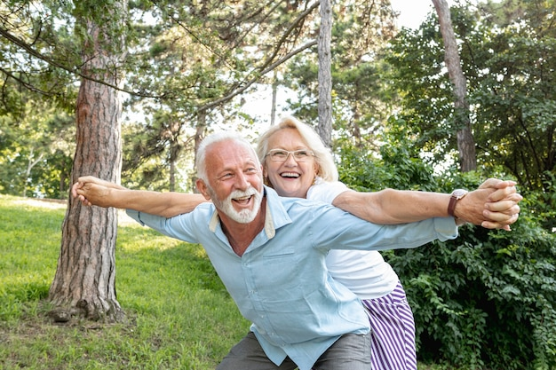 Mujer y hombre divirtiéndose juntos Foto Premium