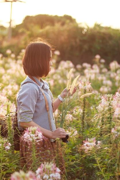 c8a14fb02 Mujer indefinida tomar fotos durante el jardín de flores vintage de visita  | Descargar Fotos premium