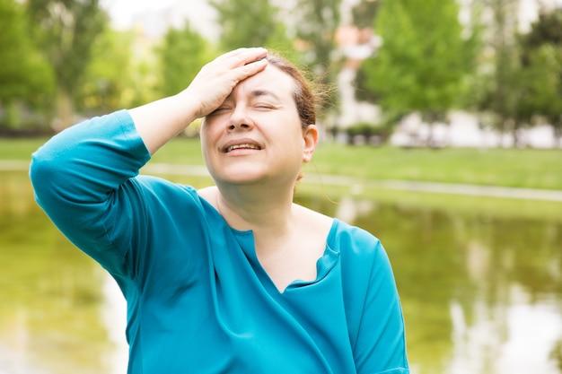 Mujer infeliz frustrada que sufre de dolor de cabeza Foto gratis