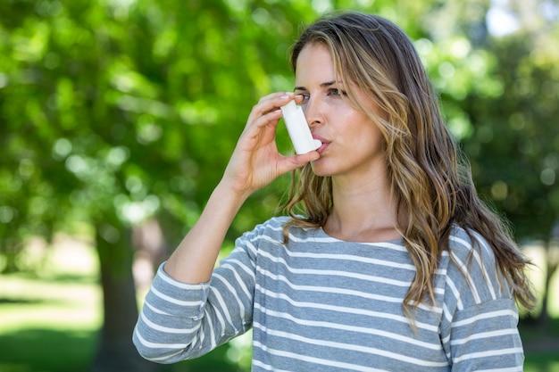 Mujer con inhalador para el asma Foto Premium