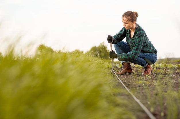 Mujer instalando manguera de riego Foto Premium