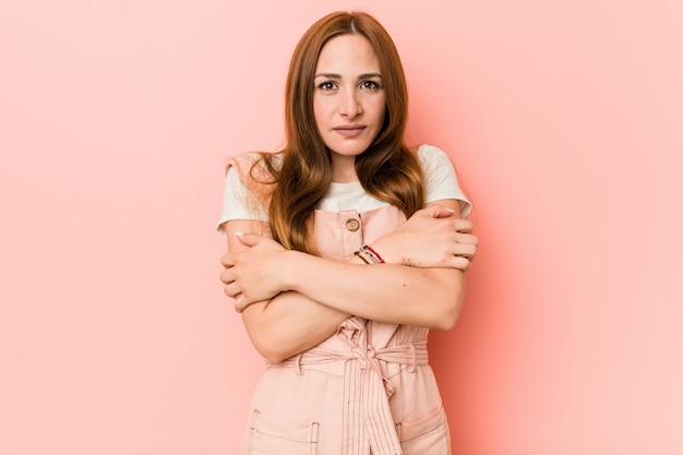 Mujer jengibre joven con pecas que se enfrían debido a la baja temperatura o una enfermedad. Foto Premium