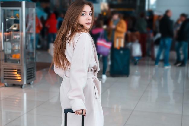 Mujer joven en el aeropuerto moderno. Foto Premium